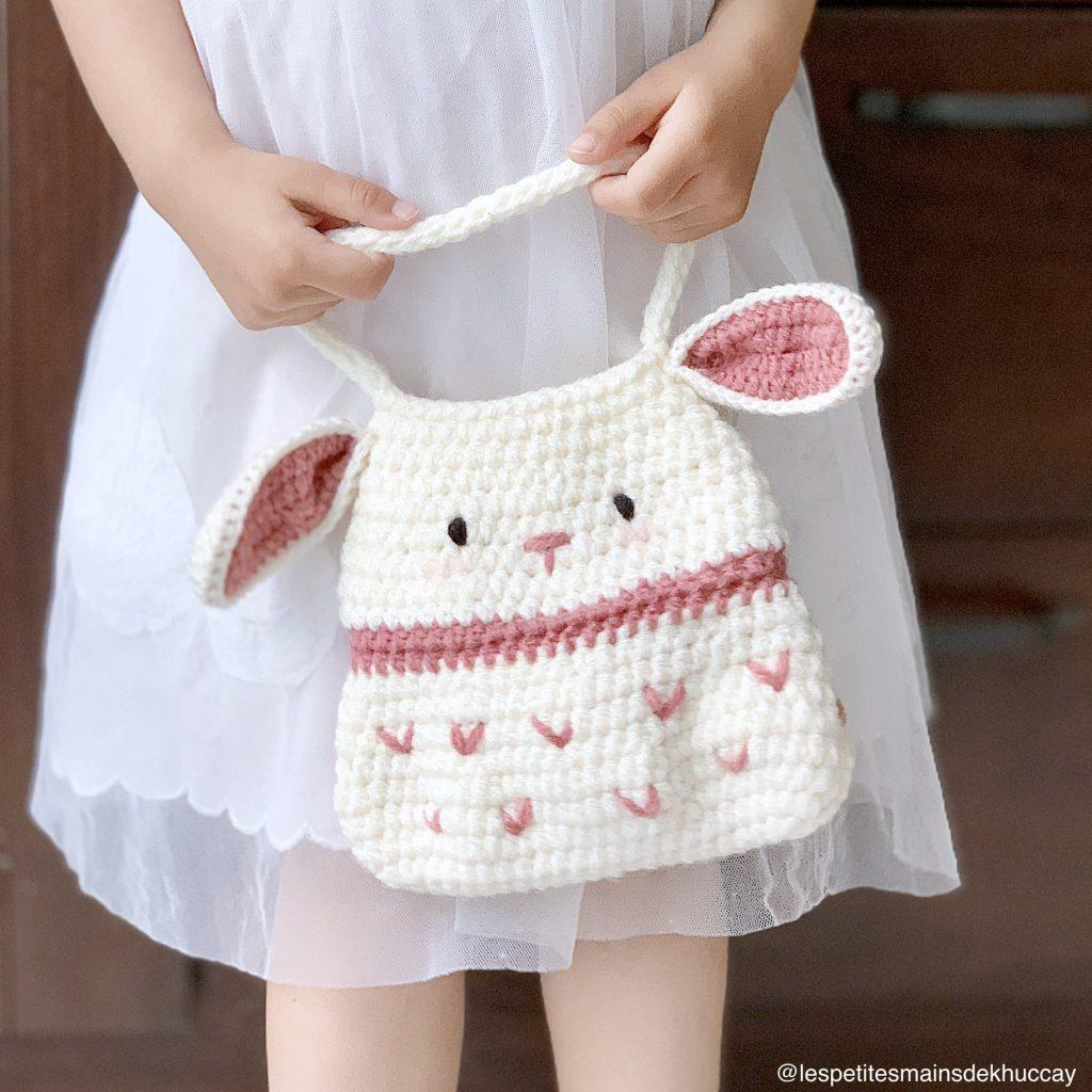 Petite fille tenant un sac en tricot mignon